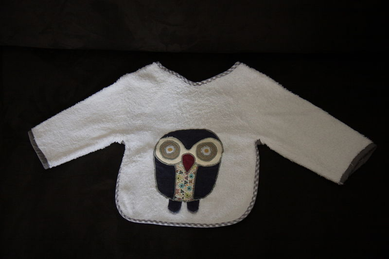 Bavoir à manches, application hibou, 18€