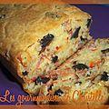 Cake aux olives noires, jambon cru, poivrons et parmesan