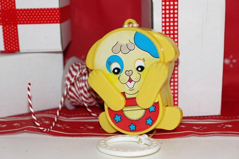Boîte à musique chien jaune