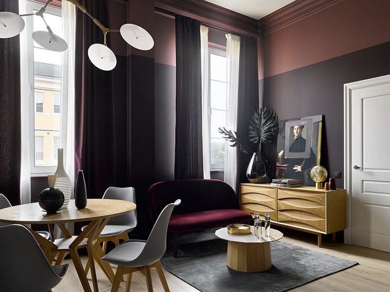 small-apartment-in-beautiful-dark-tones-in-moscow-pufikhomes-1