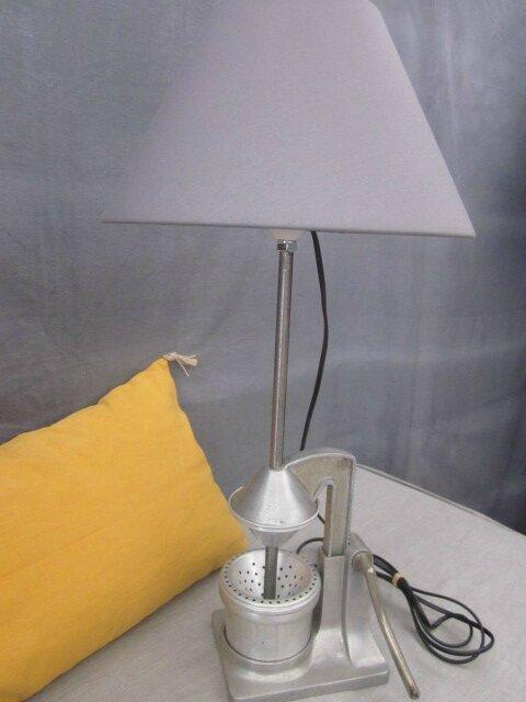 Presse-agrume en fer blanc monté en lampe - Abat-jour gris (3)