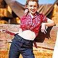 Décembre 1945 west trip - cow girl sitting - norma jeane par andré de dienes