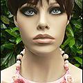 Un autre collier plastron fleuri dans des teintes rose et corail clairs...