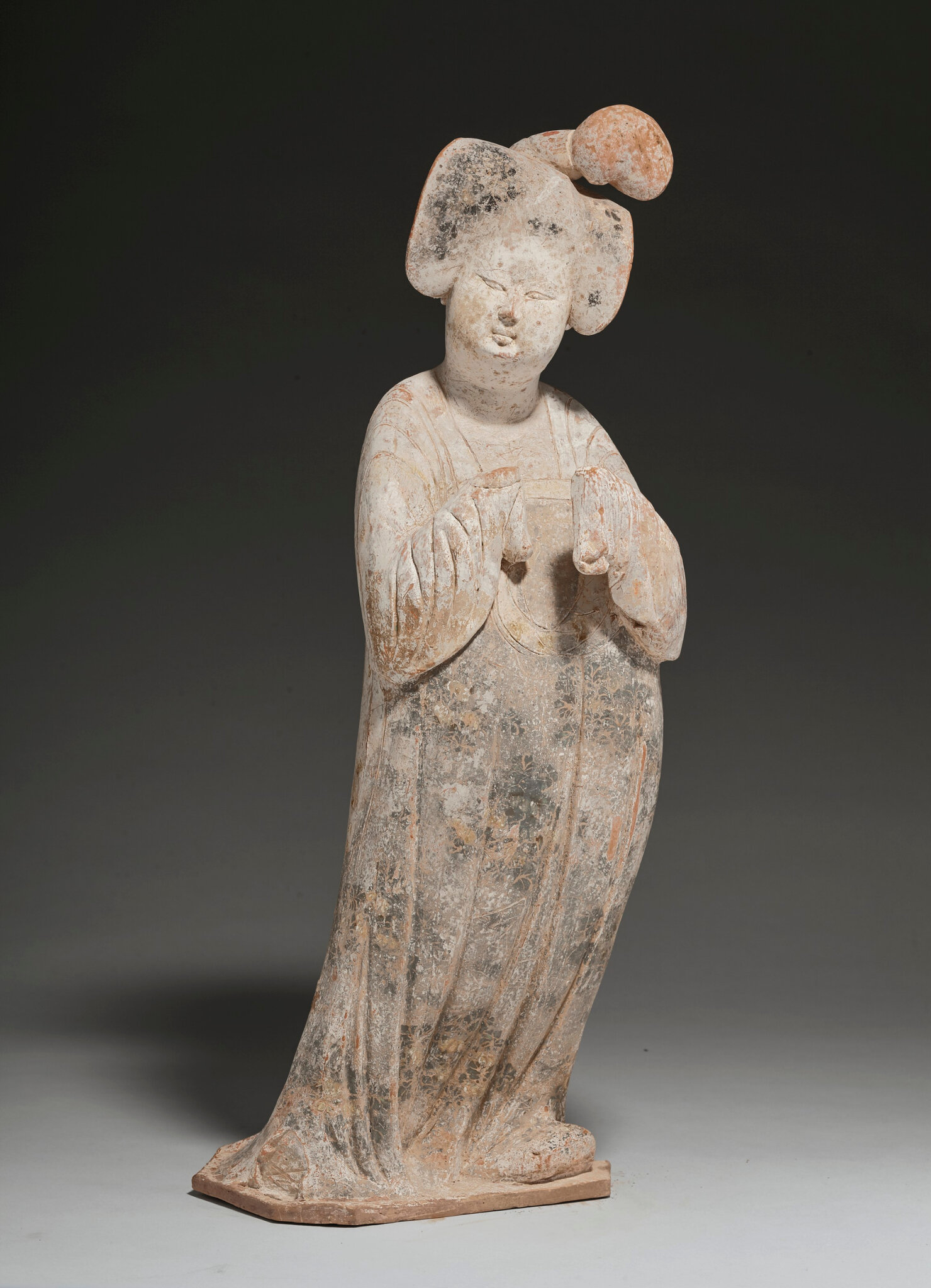 A large painted pottery figure of a court lady, Tang dynasty (618-907)