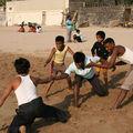 Jeunes indiens jouant sur la plage, Bombay