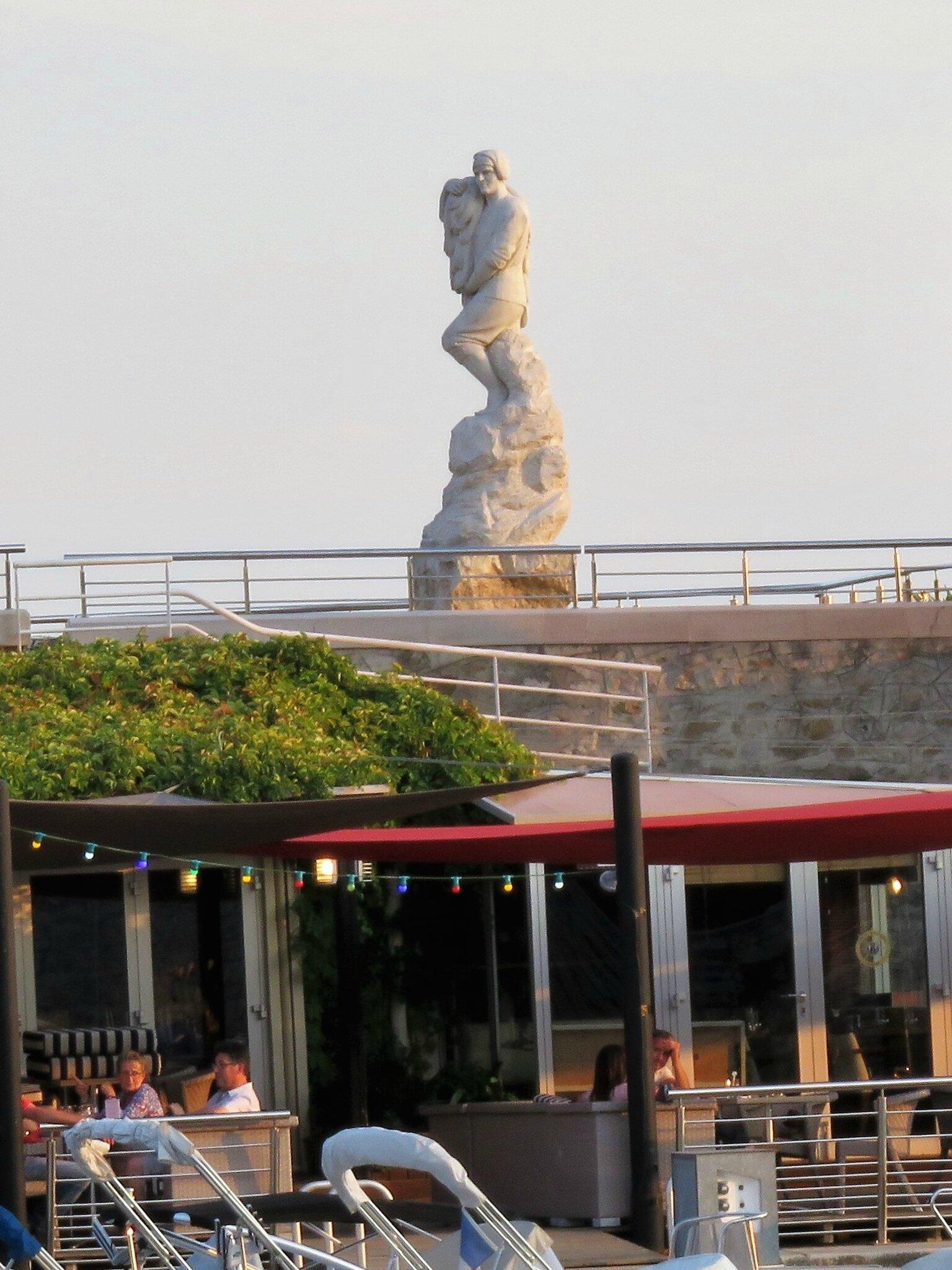 Cassis - La statue sur la jetée