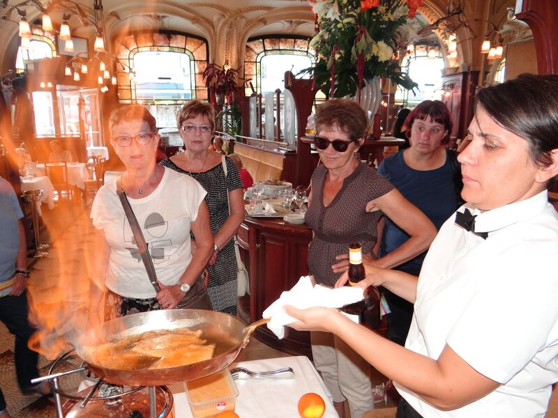 Démonstration spectaculaire de flambage par Emmanuelle de la brasserie Excelsior