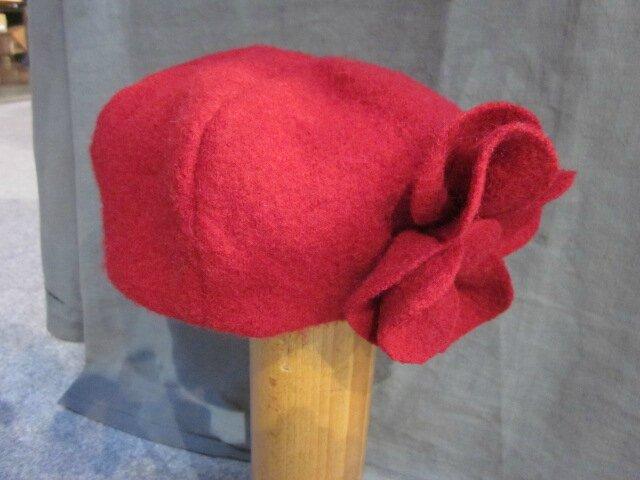 Chapeau AGATHE en laine bouillie rouge avec fleur réalisée dans le même tissu - doublure lin rouge (6)