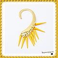 1 boucle tour d'oreille style punk rock gothique métal doré perles rivets jaune
