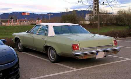Oldsmobile_Delta_88_de_1975__Rencard_du_Burger_King_avril_2010__02
