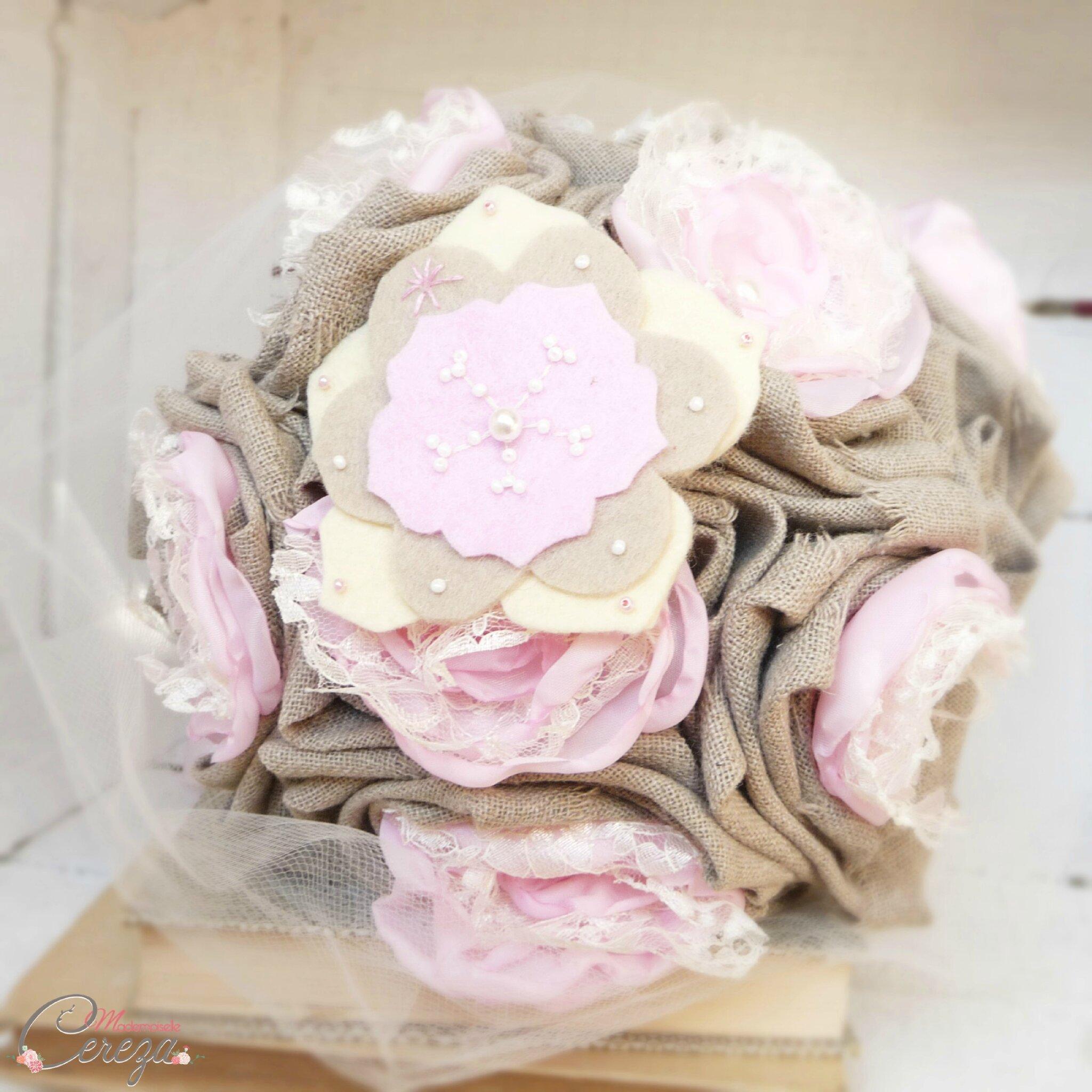 mariage-campagne-champetre-chic-hivernal-bouquet-mariee-lin-beige-dentelle-rose-perles-sur-mesure-Lola-Mademoiselle-Cereza-Deco