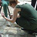 Charlotte fabrique des chaussures pour les paysans