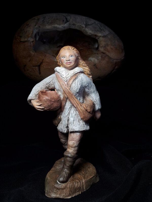 Ayla, mini sculpture en terracotta patinée environ 12 cm de haut. Elle quitte le cocon familial