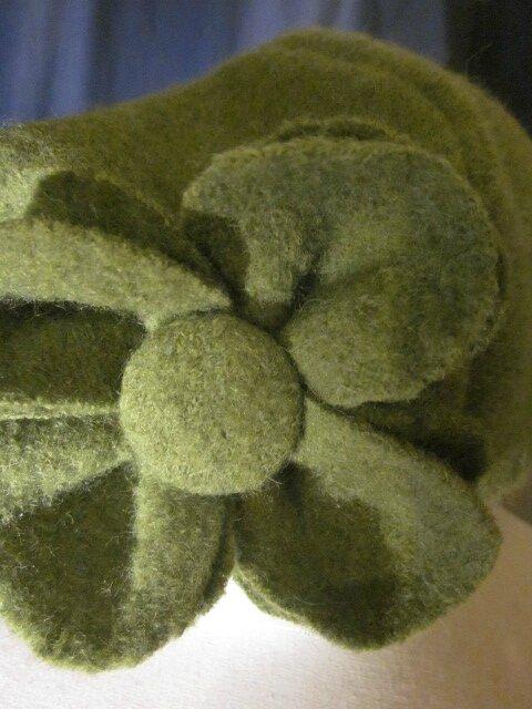Chapeau AGATHE en laine bouillie vert olive - Doublure de coton vert tilleul à fleurs vieux rose - taille 54 (3)