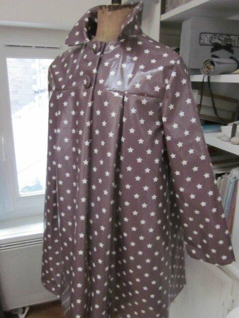 Ciré AGLAE en coton enduit parme surané imprimé d'étoiles blanches fermé par 2 pressions cachés sous 2 boutons recouverts dans le même tissu (8)