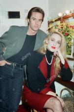 Jerry_Hall-1990-03-19-bus_stop-with_shaun_cassidy-1