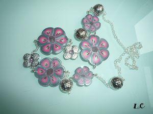 sautoir_fleurs_grises_et_roses