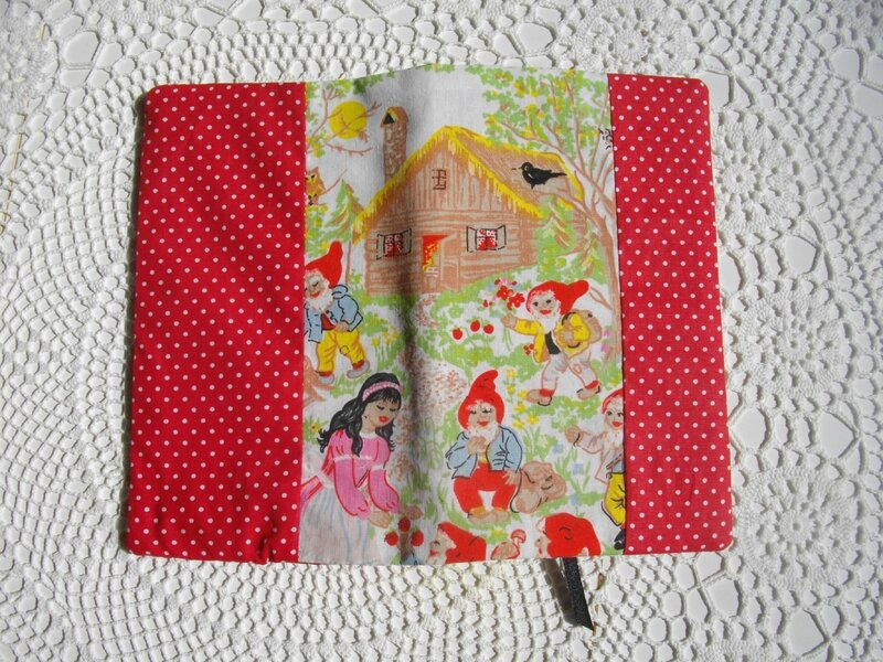 couverture-carnet-diy-protège-cahier-tuto-couture-pois-tissu-nain-rouge-oiseau-blanche-neige-conte