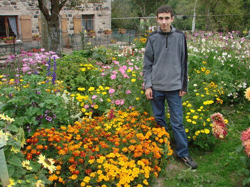 2008 09 18 Cyril devant son jardin