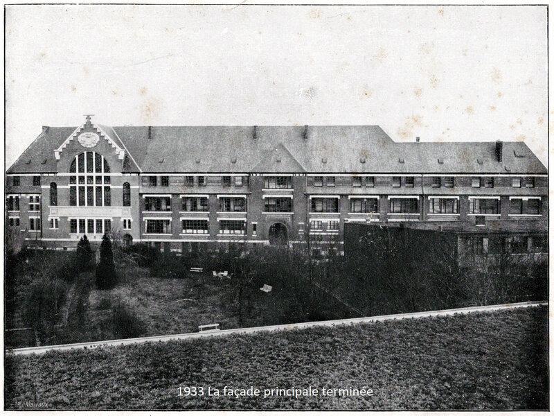 +- 1933 La facade principale terminée