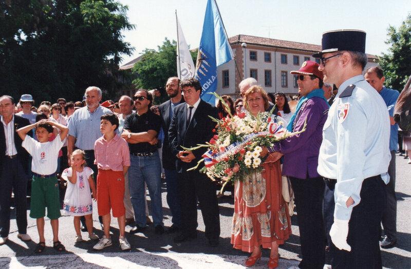 Raymond et Monique déposent une gerbe devant la stèle des martyrs à Montauban