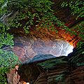 La falaise rougeoie dans la lumière soudaine du matin