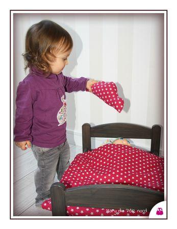 IMG_5708-linge-de-lit-parure-poupee-enfant-bebe-fait-main-etoile-rose-fuchsia-reversible-dehoussable-fleur-orange-blanc-jaune-nuage-couette-oreiller-drap-matelas-mary-du-pole-nord