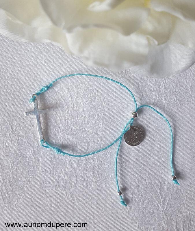 Bracelet Croix sur cordon (turquoise clair) - 25 €