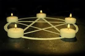 Les bougies embouteillées du médium marabout voyant maitre AKOUESSOU