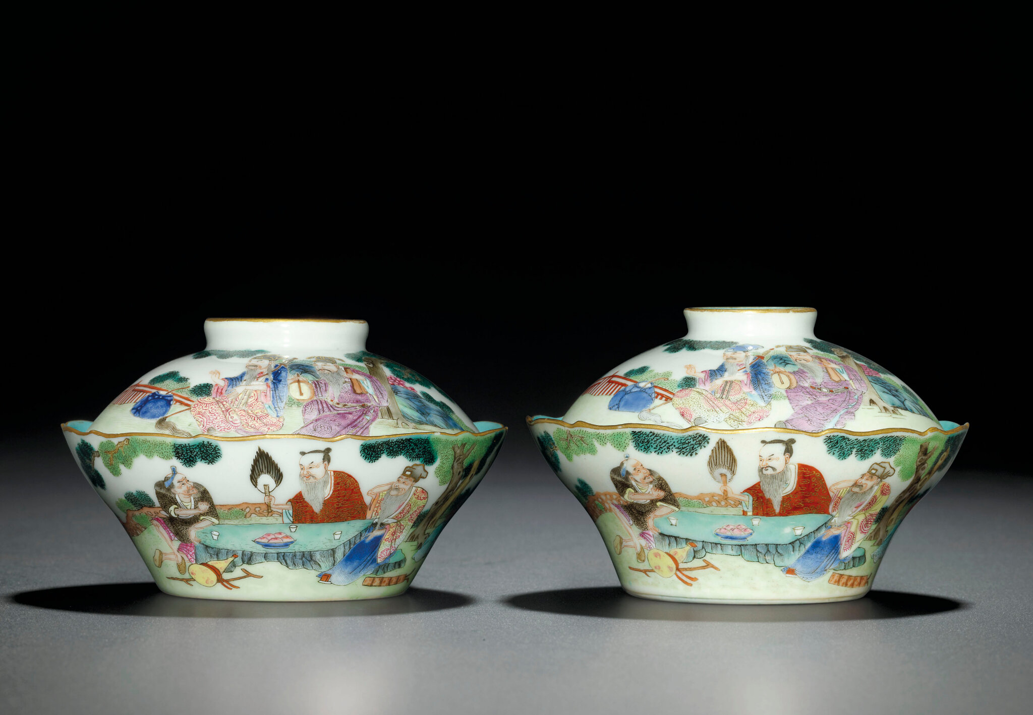 A fine pair of famille rose 'Daoist Immortals' bowls and covers, Jiaqing-Daoguang period (1796-1850)