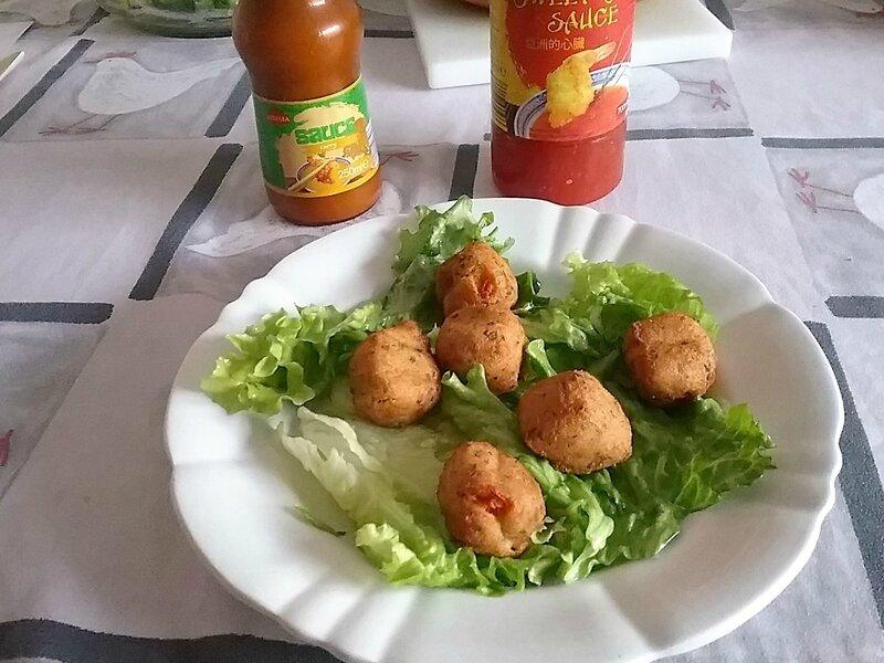 Boulettes de crabes asiatiques grillées et sauces épicées
