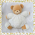 Doudou peluche ours beige boule corps tissu blanc collection dragée kaloo