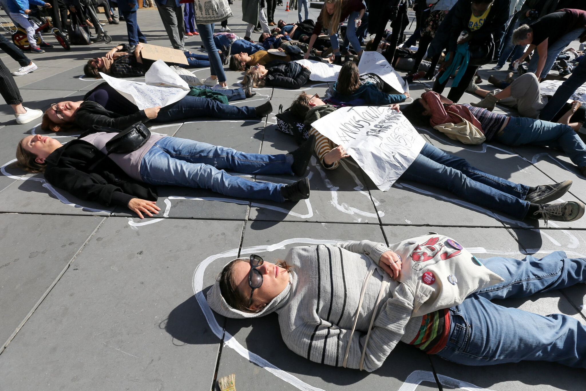 Die-In à Paris pour #MeToo. © Michel Stoupak. Sam 29.09.2018, 13h40m37.
