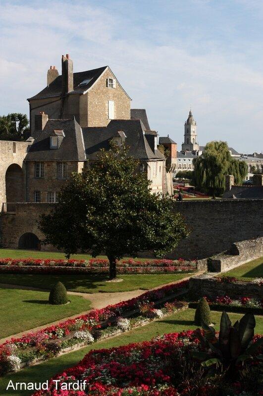 002028 Larmor-Baden - La Ville de Vannes - Les jardins du Château de l'Hermine et la Porte Poterne
