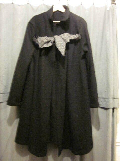 Manteau en laine bouillie noire noué d'un lien de coton noir à petits pois blancs - Taille 52 + 7 cm de longueur (2)