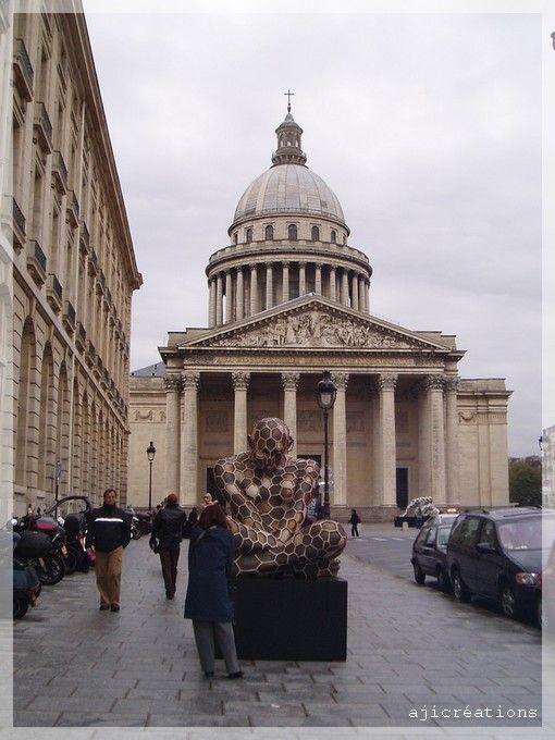 Exposition insolite devant le Panthéon