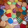 Voici les 96 premiers petits bonnets solidaires tricotés au profit de l'association des petits frères des pauvres !