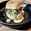 Burger de wagyu japonais, raclette au ait cru et mayonnaise à la truffe