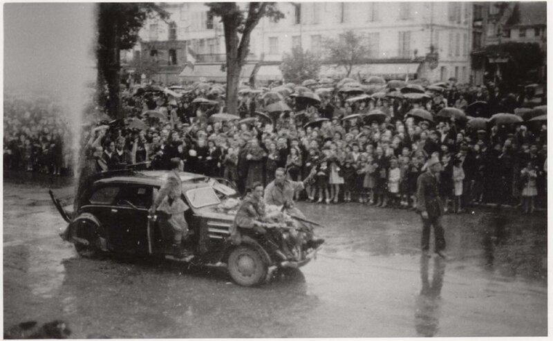 12_voiture_FFI_devant_la_mairie_6_Sept_44_rep_Guy_Armand