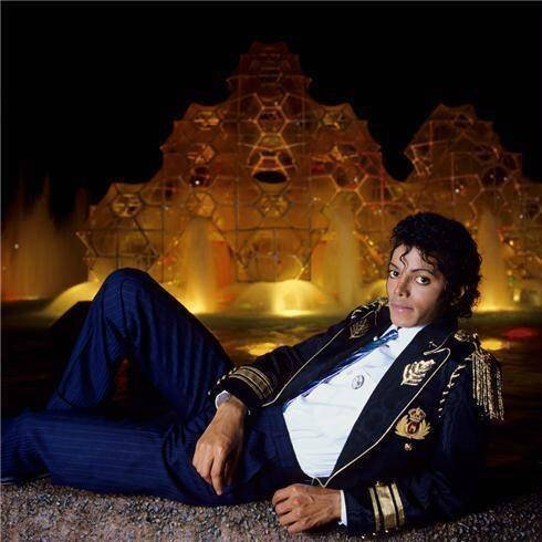 1984-lynn-goldsmith-michael-jackson-sitting-in-front-of-fountain_imagesia-com_erbr_large