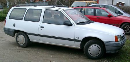800px-Opel_Kadett_Kombi_Delvant