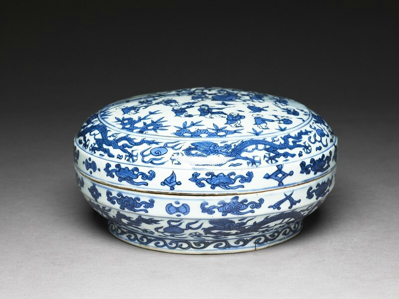 Blue-and-white box with figures in a garden, Ming Dynasty, Wanli Mark and Period (1573 - 1620)