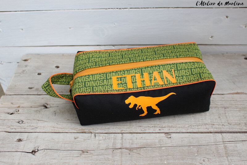 trousse de toilette dinosaure verte et orange ETHAN