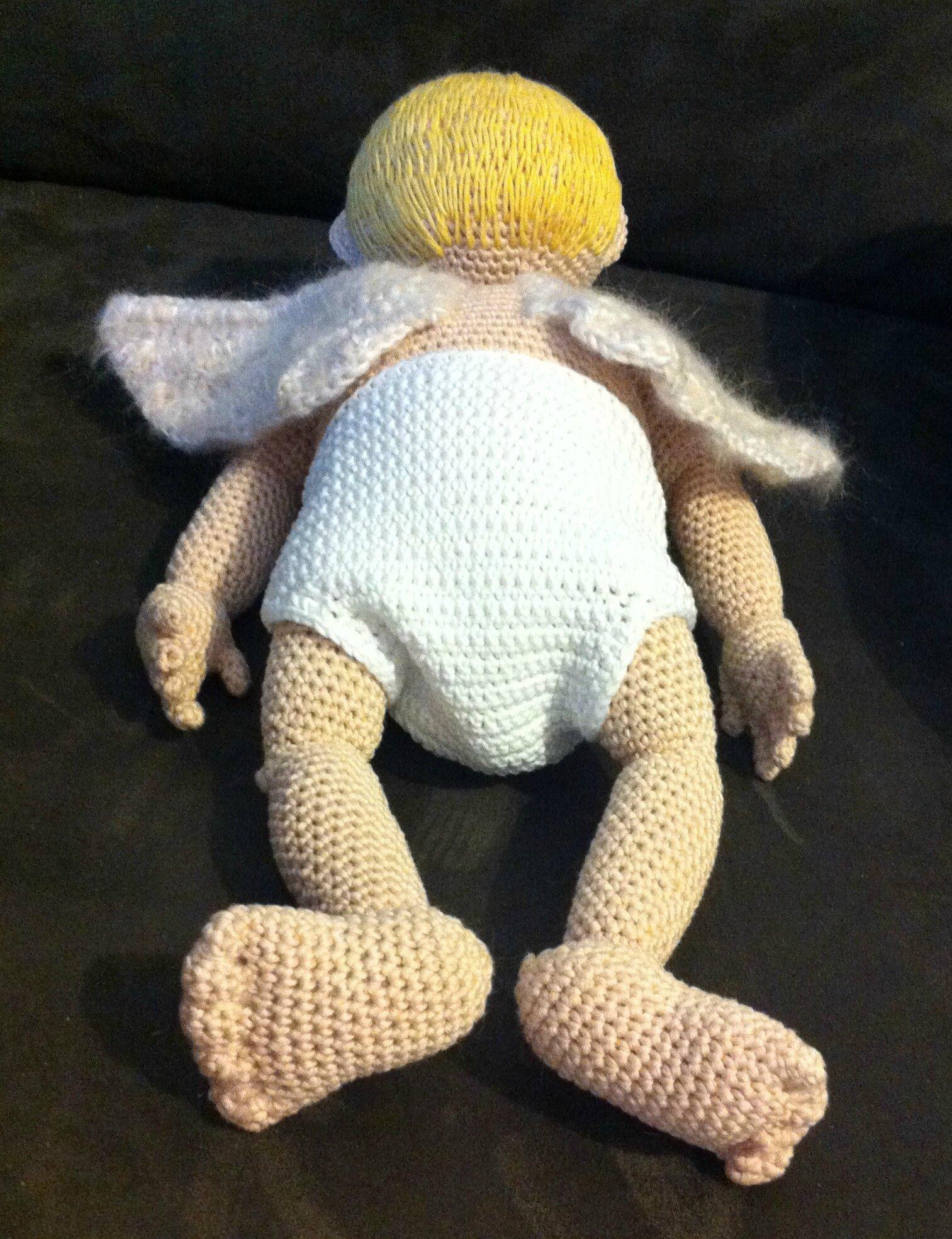 petit ange allongé sur le ventre vu d'en bas