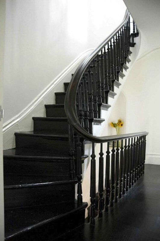 700_elizabeth-roberts-painted-black-winding-staircase de meredith swinehart