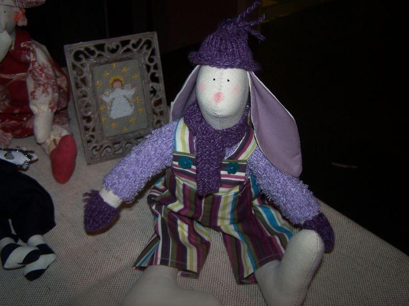 son petit frère en tenue d'hiver, bonnet et moufles