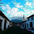 Une rue d'Antigua, une ville entourée de volcans