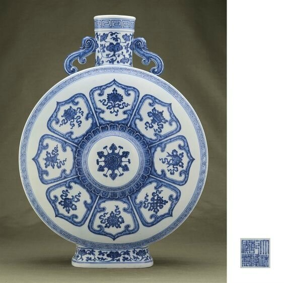 A fine Ming-style blue and white moonflask, Qianlong six-character sealmark and of the period (1736-1795)