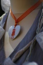 Porcelaine peinte à la main pendentif coeur fillette orange