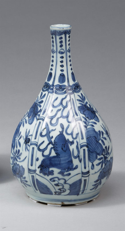 A blue and white Kraak bottle vase, Wanli period (1572-1620)